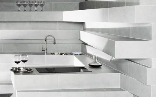 innendesign f r kleine k che wei mit modernen bodenfliesen freshouse. Black Bedroom Furniture Sets. Home Design Ideas