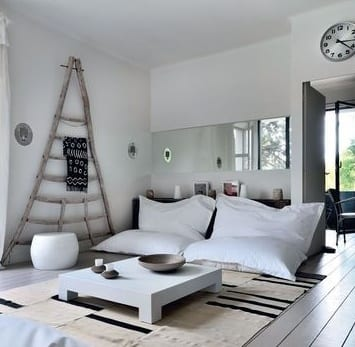 fantastische wandgestaltung mit holz und spiegelband für modernes wohnzimmer mit Holzboden und couchtisch weiß