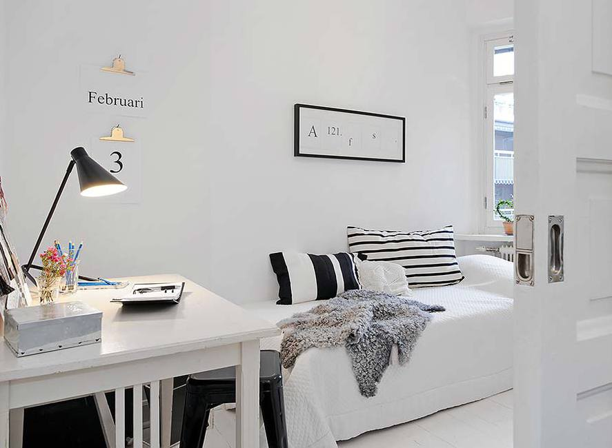 kleines wohnzimmer einrichten mit sofa und Holztisch in weiß
