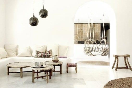 rustikale weiße sitzecke ausgemauer mit runden couchtischen holz