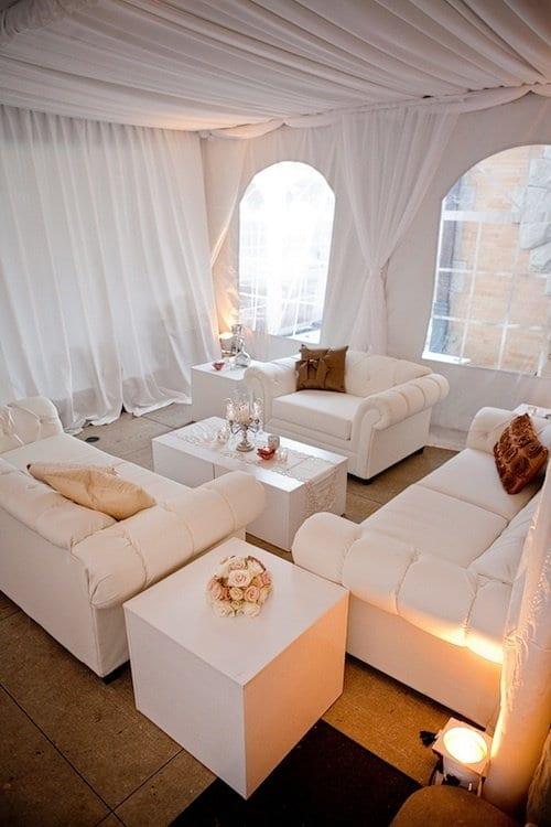 weißes interior für terrassegestaltung mit baldachin und ledersofas weiß