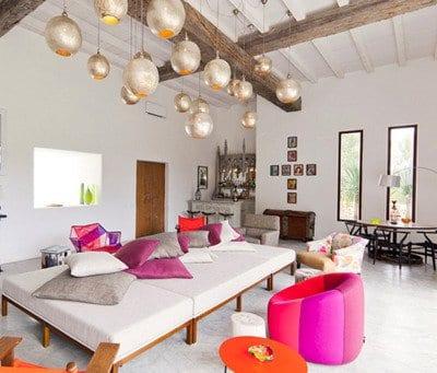 silberne kugel pendelleuchten für elegantes interior mit weißer Liege und runder couchtisch orange