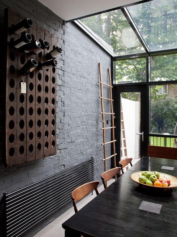 moderne küche mit schwarzer ziegelwand und glasdach