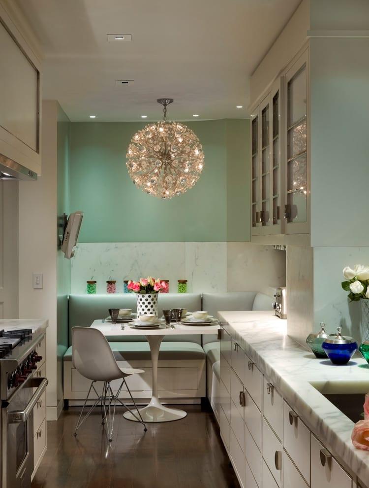 küche weiß mit küchenarbeitsplatte aus marmor und moderner kugel pendellampe