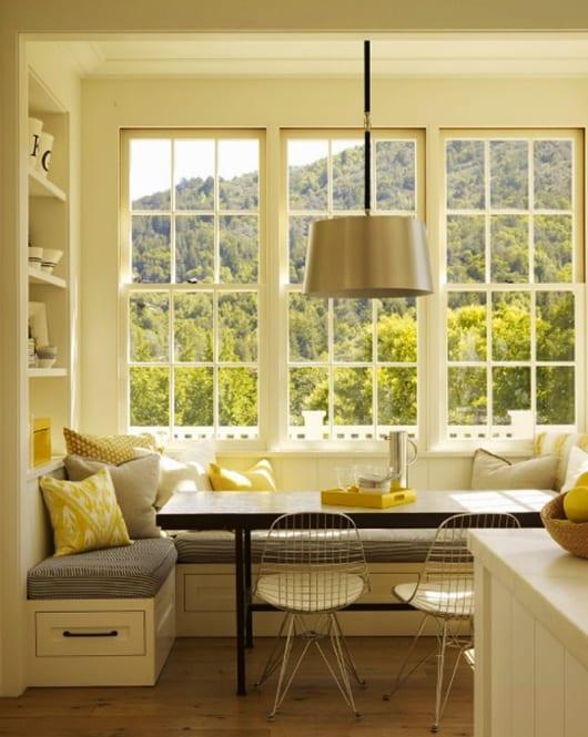 kleine küche einrichten mit sitzecke weiß und holztisch