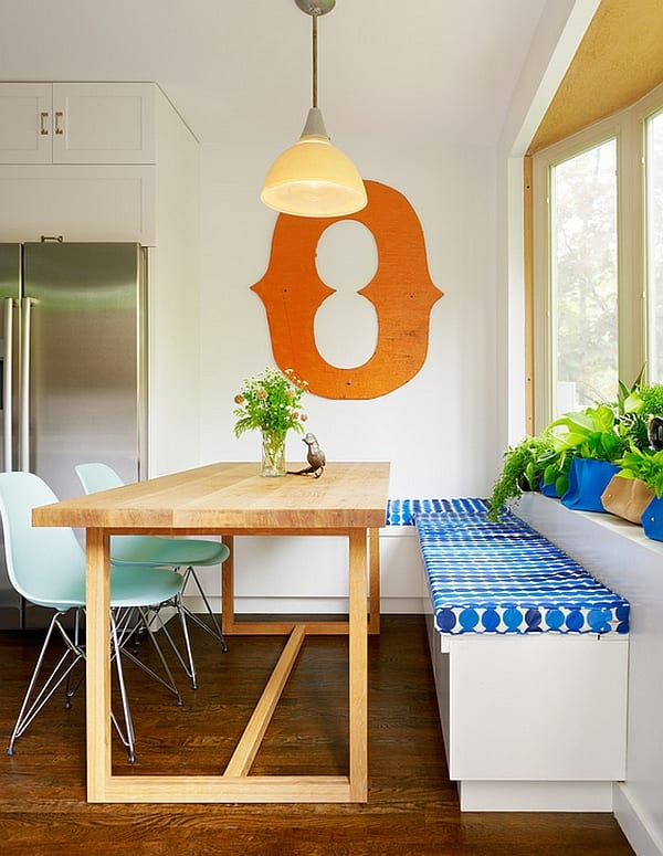 kleine küche verschönern mit sitzmate und stühlen in blau und Esszimmertisch massiv