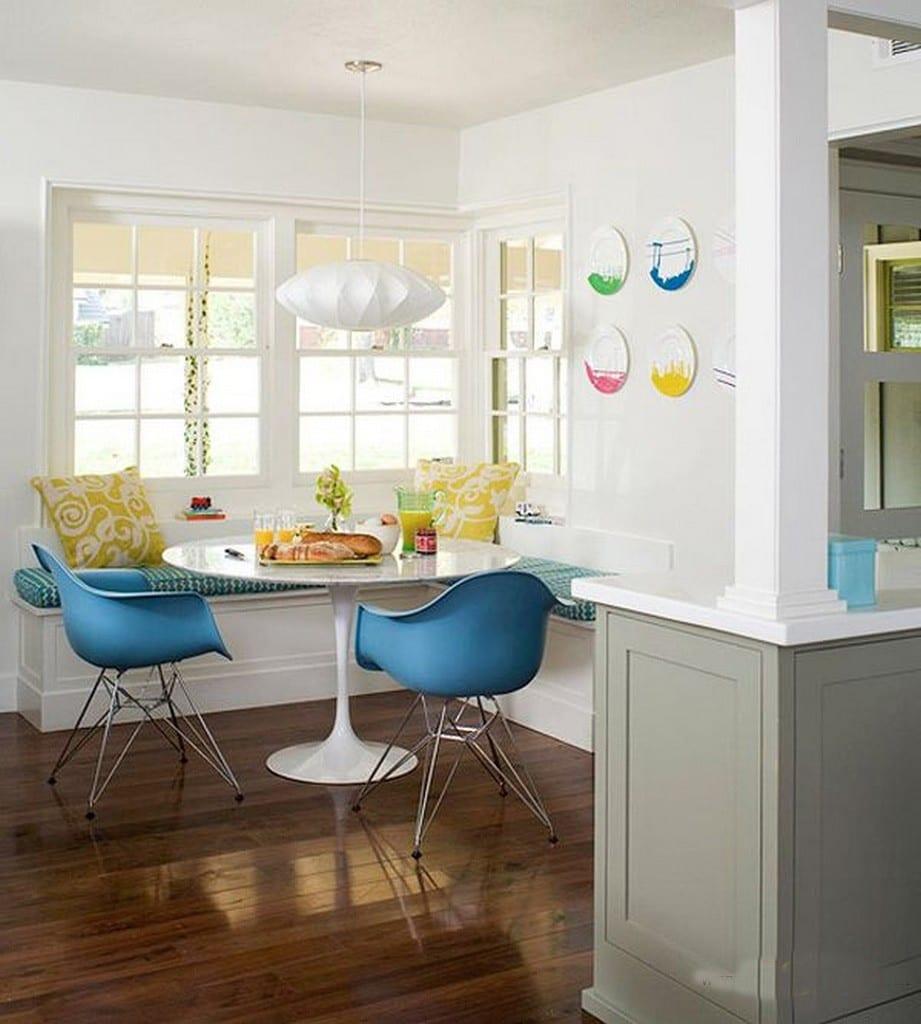 küche weiß mit holzboden und sitzecke weiß mit blauen stühlen