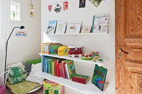 kinderzimmer einrichten mit wei en b cherregalen und nische mit sitzecke freshouse. Black Bedroom Furniture Sets. Home Design Ideas