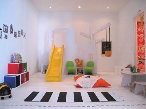 kinderzimmer idee mit farbigen kindermöbeln als spielfläche mit rutsche