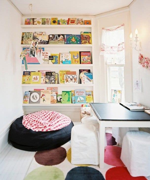 Wandgestaltung Kinderzimmer mit Büchern und sitzkissen schwarz