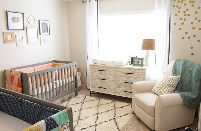 babyzimmer gestalten mit sideboard weiß und gitterbett grau
