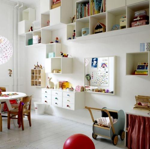 coole kinderzimmer idee mit runder tisch und holzstühlen
