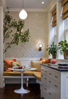 moderne kleine küche mit wandleuchte und gelbe sitzkissen für weiße sitzecke küche