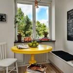 kleine küche weiß mit farbgestaltung in schwarz gelb mit rundem Esszimmertisch gelb aus holz und weißer sitzecke küche mit schwarzen sitzkissen