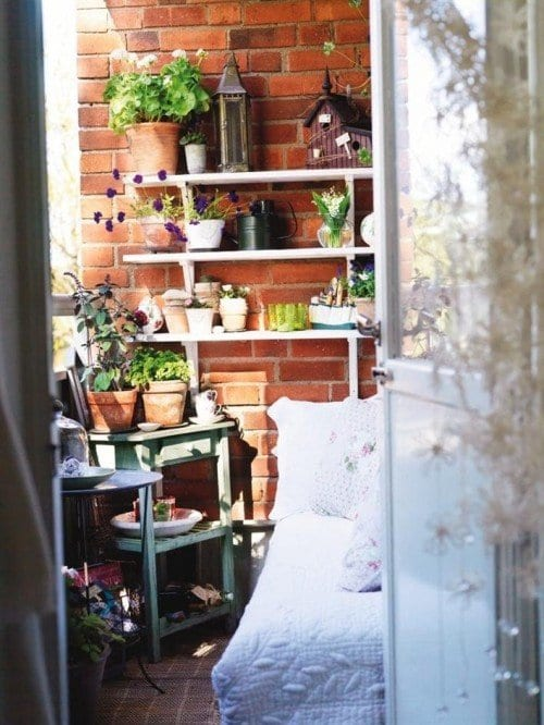balkon ideen für kleinen balkon mit ziegelwand und weißen wandregalen