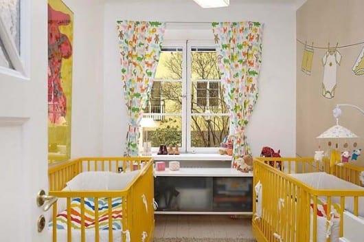 wandfarbe beige und gitterbett gelb für cooles babyzimmer design