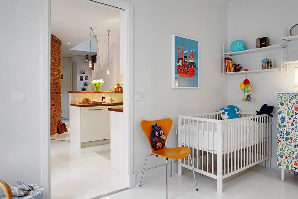 modernes babyzimmer weiß mit gitterbett weiß und wandgestaltung mit wandregalen