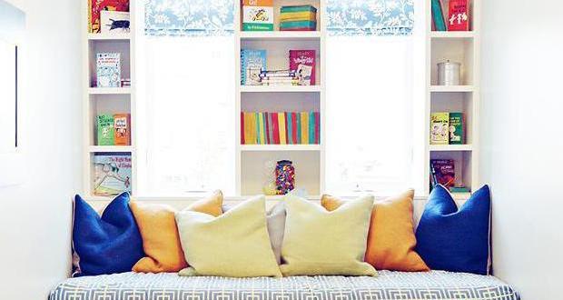 kleines kinderzimmer einrichten mit sitzecke und wandregalenam fenster freshouse. Black Bedroom Furniture Sets. Home Design Ideas