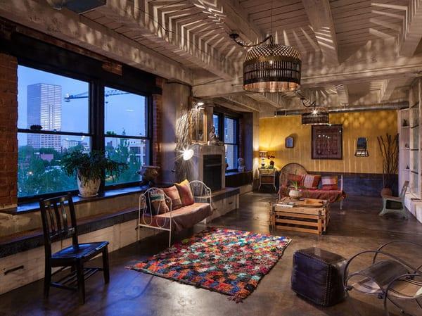 loft interior design mit traumteppich bunt und schiebefenstern mit schwarzen fensterrahmen