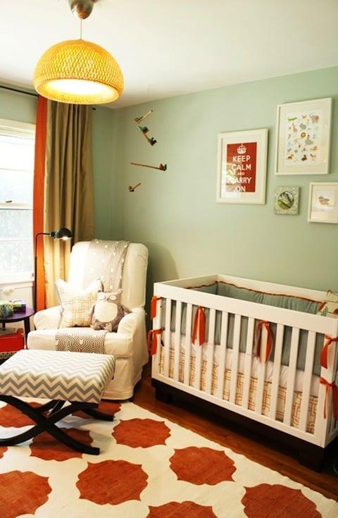 babyzimmer grün mit weißem gitterbett und teppich babyzimmer