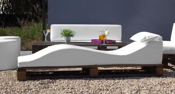 steingarten mit gartenmöbel aus paletten und moderne Polsterliege weiß