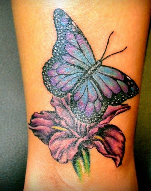 schmetterling tattoo unterarm in balu und lila