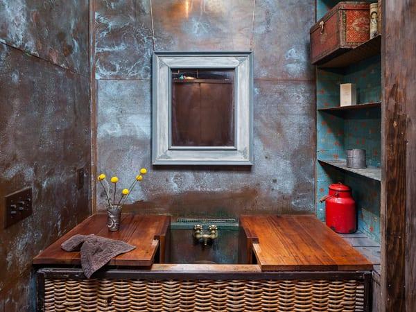 Wandgestaltung Badezimmer Mit Stahlblech Und Badezimmerspiegel In  Bilderrahmen