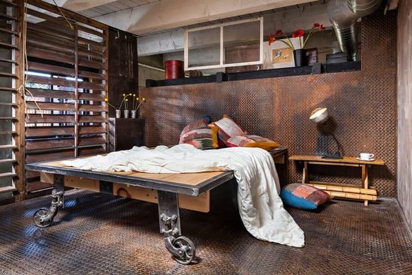 modernes schlafzimmer mit stalplatten und fenstersichtschutzlamelen