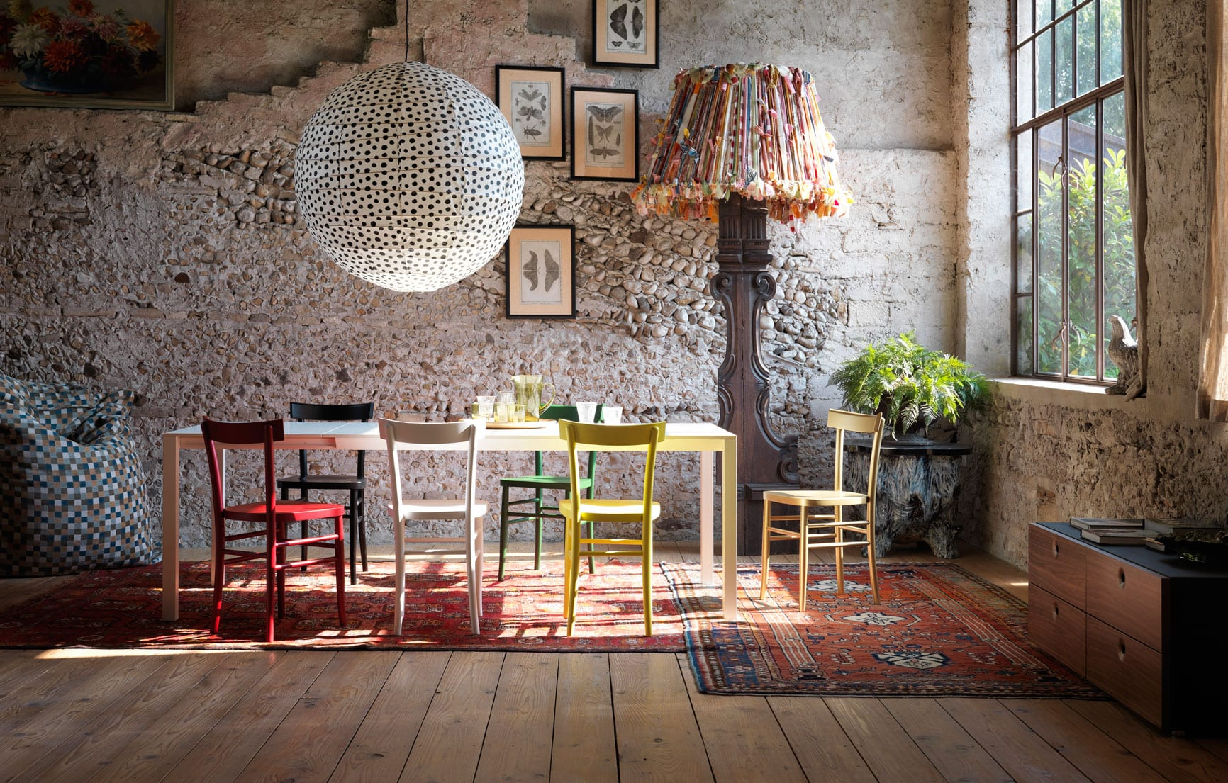 luxus wohnzimmer design mit holzboden und Esstisch weiß mit farbigen Esszimmerstühlen holz