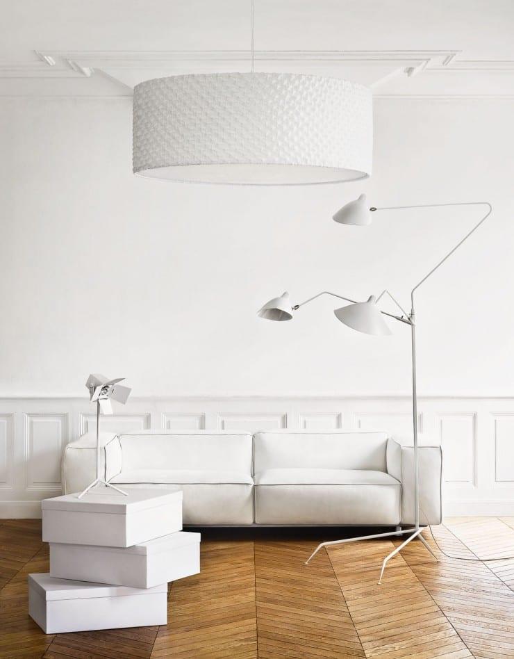 modernes stylisches wohnzimmer mit ledersofa weiß und stehlampe weiß