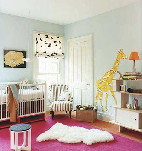 hellblaue wände und rosafarbiger teppich fürs babyzimmer