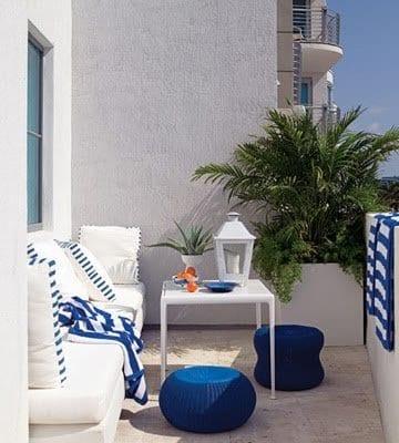 balkon in wei0 gestalten mit rattanhockern blau