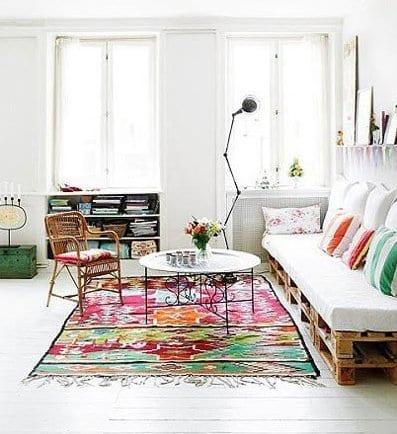mein wohnzimmer weiß mit palettensofa und traumteppich bunt mit couchtisch rund