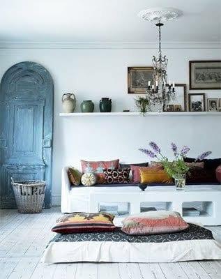stylisches wohnzimmer rustikal mit weißem holzbodenbelag und wanddekoration