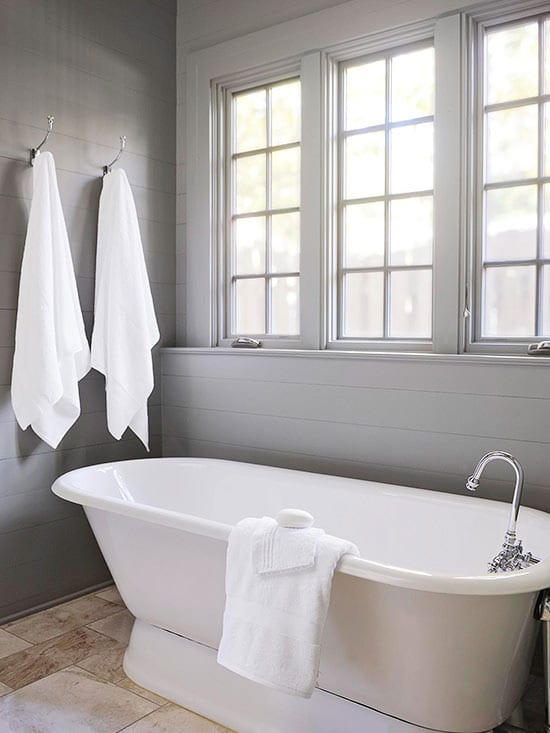 badezimmer design in grau mit weißer badewanne