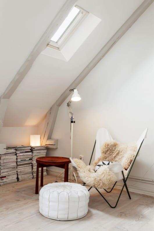 wohnzimmer dachschräge weiß mit dachfester und runder stehtisch holz