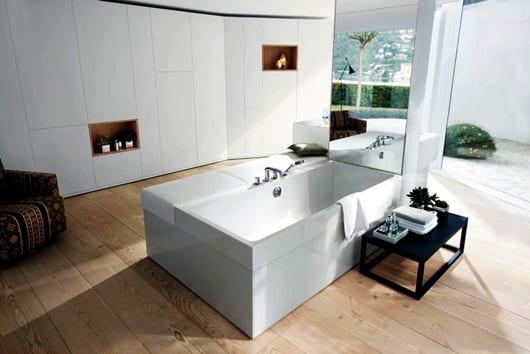 badezimmer trends mit weißen Wandpaneelen und Wandnischen aus holz