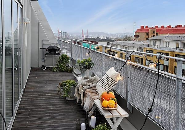 balkon ideen mit lampen und weiße holzbank