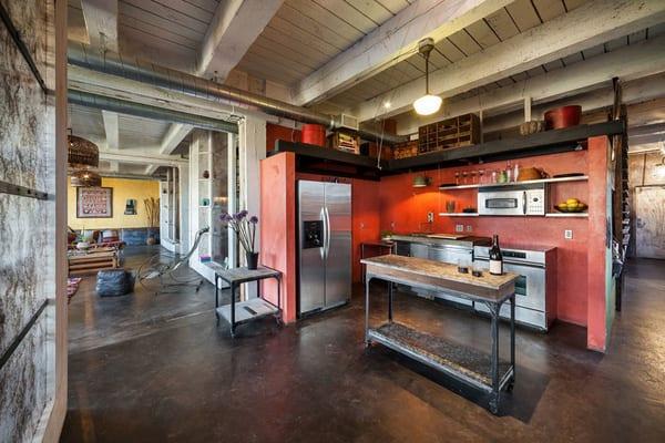 küche rot mit küchennische und deckengestaltung in weiß aus Holz