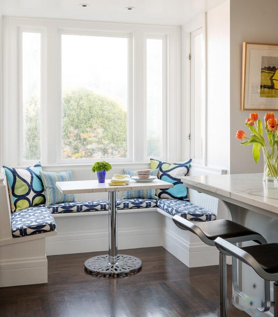küche weiß mit kleinem Esstisch und Sitzecke mit sitzmatten in blau