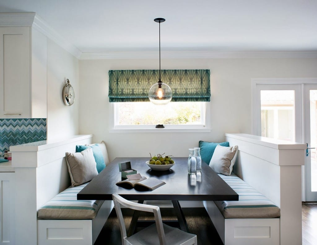 schicke sitzecke küche in weiß mit sitzkissen in grau und blau_fensterdekoration blau