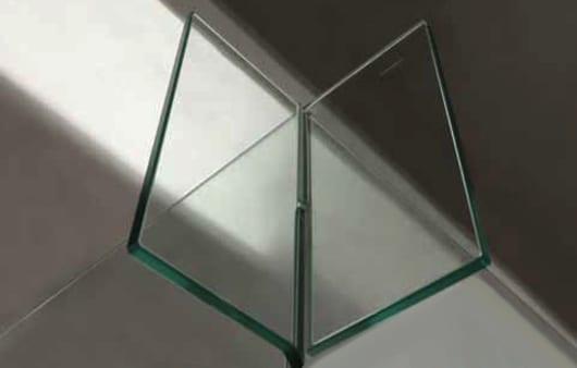 moderne Duschkabine aus Glaspaneelen mit kreuzverbindung aus Glas
