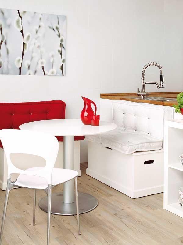 küche weiß mit weißen Esstisch rund und kleiner Sitzecke küche weiß
