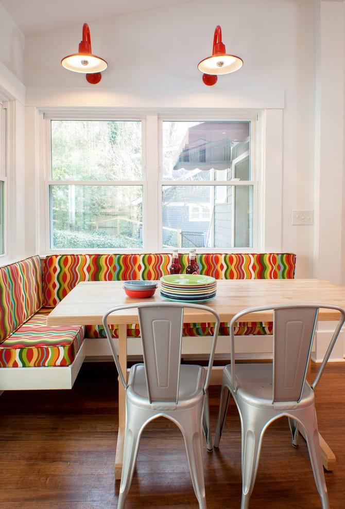 kleine küche weiß mit Esszimmertisch massiv und plastikstühlen weiß