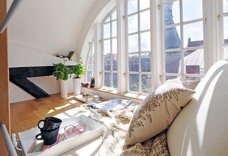 modernes wohnzimmer mit gewölbter decke und Bogenfenster