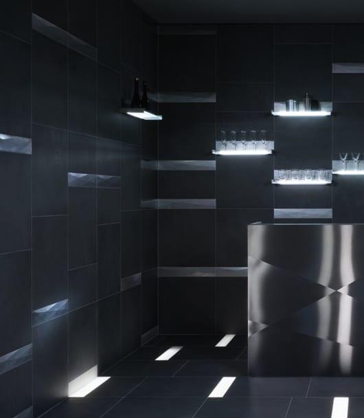 schwarzes Interior mit Vliesen und eingebaiten Wandleuchten und Bodenleuchten