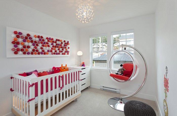 minimalistische babyzimmer gestaltung in weiß und rosa mit kinderschaukel aus acrylglas