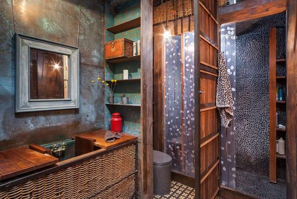 badezimmer interior mit stahlplatten und duschkabine aus holz mit glasschiebetür