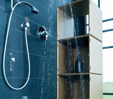 modernes badezimmer mit schwarzen fliesen und