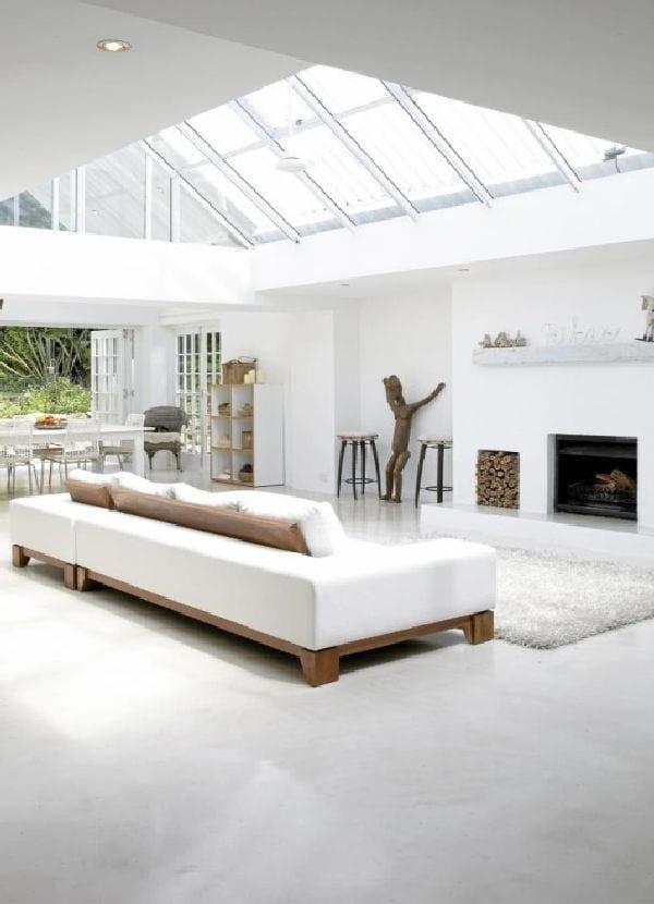 minimalistisches interior design mit kamin und Glasdach